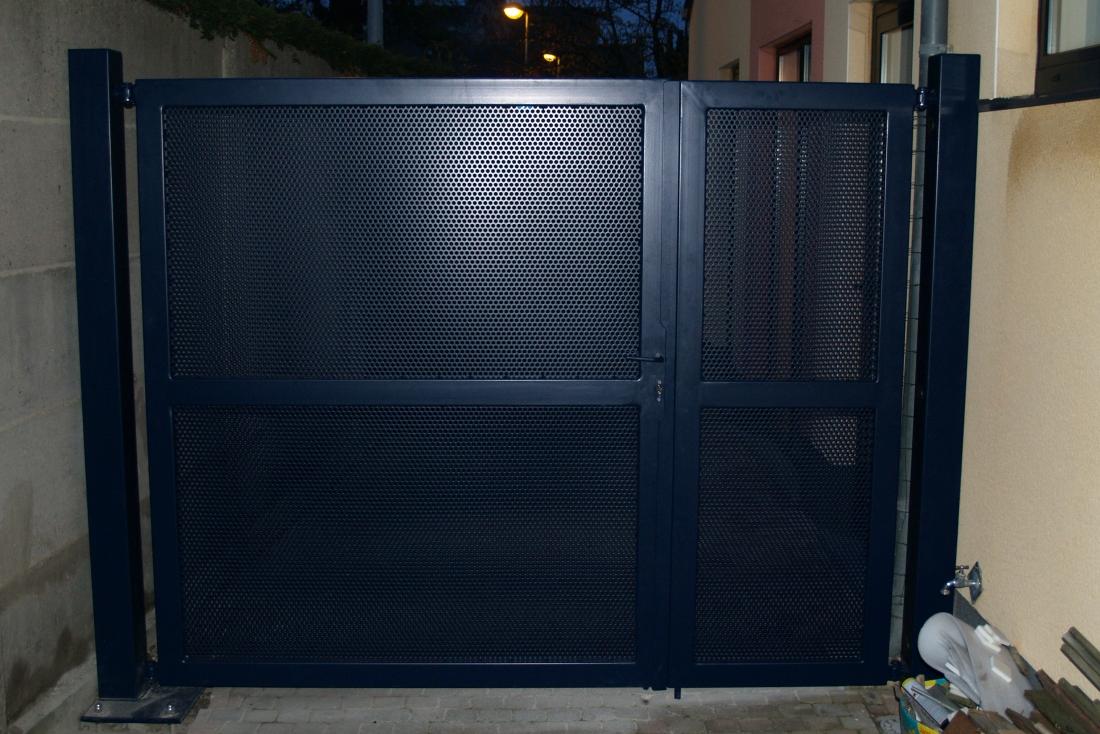 Steel mesh gate
